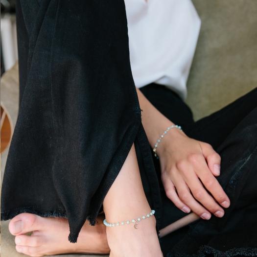 Bransoletka na nogę OVAL srebrna pozłacana z księżycem i zielonymi kryształkami