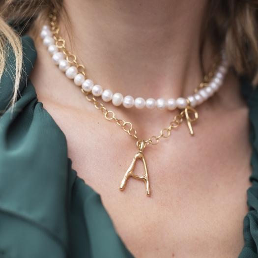 Naszyjnik Ania kruk x Pozerki srebrny pozłacany z naturalnymi perłami i literą P